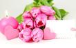 Schild an Tulpen und Herzen mit Kerze