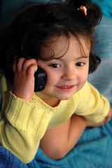 Niña hablando por teléfono