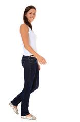Attraktive junge Frau geht zu Fuß