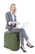 businessfrau sitzt auf koffer