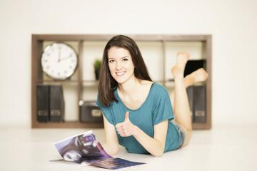 Mädchen chillt mit Zeitung zu Hause