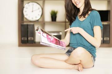 junge Freu mit Zeitschrift