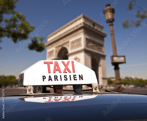 taxi parisien fond arc de triomphe photo libre de droits sur la banque d 39 images. Black Bedroom Furniture Sets. Home Design Ideas