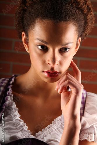 Junge dunkelhäutige Frau