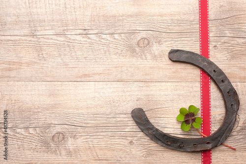 horseshoes with clover