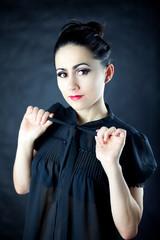 Wesoła młoda dziewczyna ubrana w czarną bluzkę