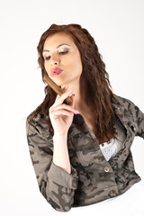 donna fuma sigaro