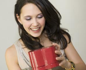 Femme tenant un cadeau en forme de coeur