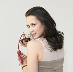 Portrait d'une femme portant un pulvérisateur de parfum