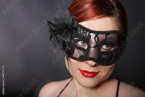 Junge Frau mit schwarzer Karnevalsmaske