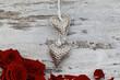 Herzen auf einer Holzwand