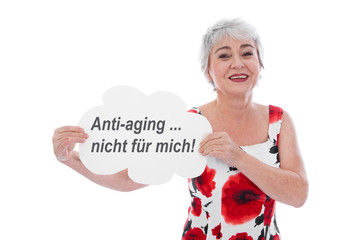 Selbstbewusste ältere Frau sagt nein zu Anti-Aging
