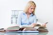junge frau lernt für ihr studium