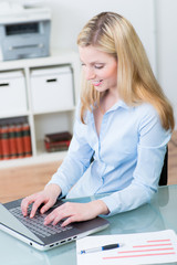 mitarbeiterin arbeitet am laptop
