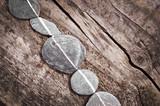 Płaskie kamienie na drewnie - 48762556