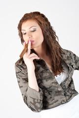 ragazza con sigaro