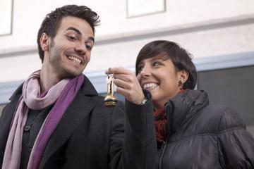 Giovane coppia check-in per un hotel