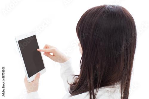 タブレットPCを使う女の子