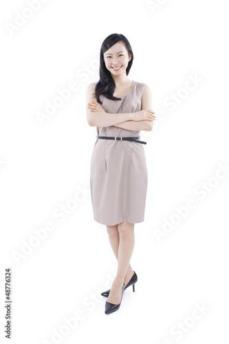 腕組みする女性