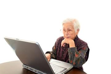 インターネットを楽しむ高齢者
