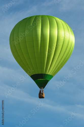 Papiers peints Montgolfière / Dirigeable Green Hot Air Balloon