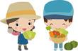 収穫した野菜を披露する農家