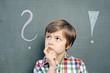 Leinwanddruck Bild - Kind mit Fragezeichen an Schultafel
