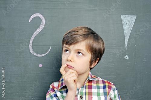 Leinwanddruck Bild Kind mit Fragezeichen an Schultafel