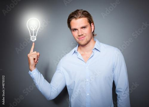 attraktiver mann mit idee