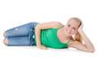 Attraktive junge Frau liegt entspannt auf der Seite