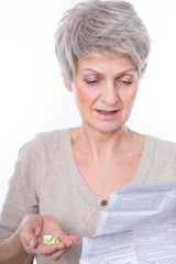 ältere frau mit tabletten