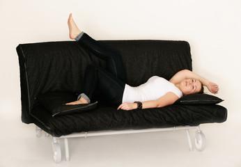 junge Frau liegt auf der Couch
