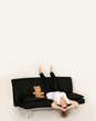 Frau relaxt auf der Couch