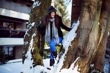 Femme heureuse entre deux arbres