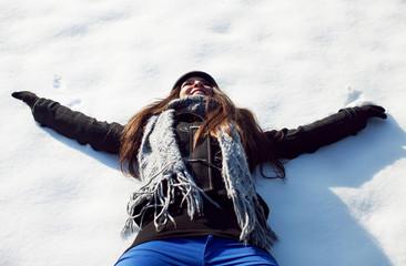 Souriante dans la neige