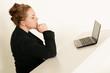 Frau überlegt am Arbeitsplatz