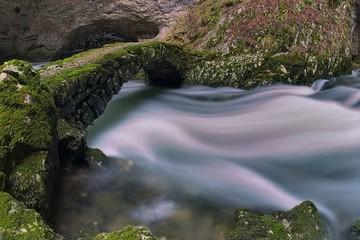 Ponte di pietra sul torrente