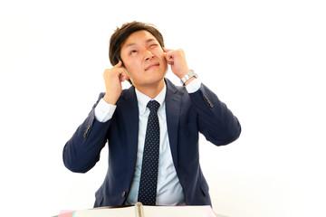 頭痛に苦しむビジネスマン