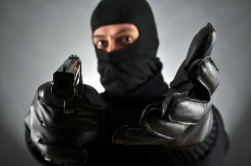 Dieb mit Waffe
