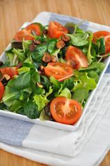 Salat mit Tomaten und Haselnüssen