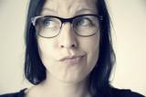 Ratlose Frau mit Brille