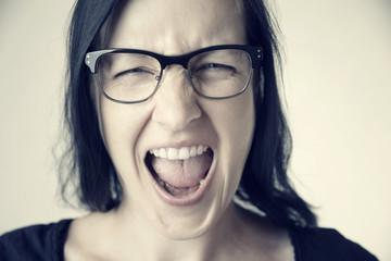 Schreiende Frau mit Brille