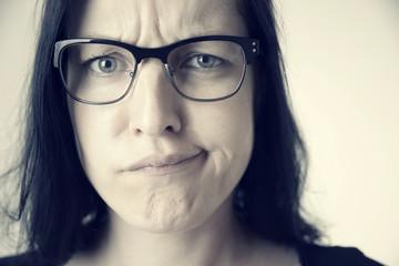 Enttuschte Frau mit Brille