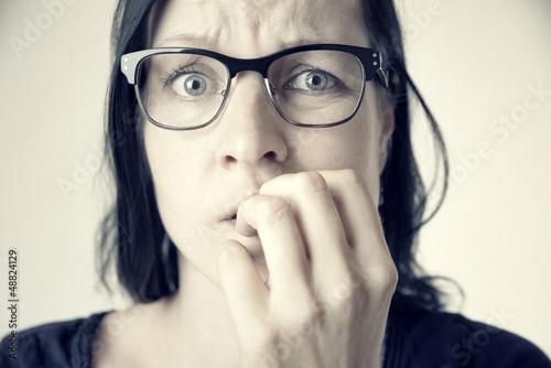 Ängstliche Frau mit Brille