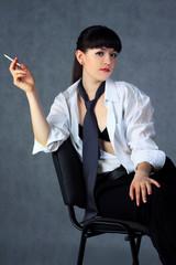 Молодая девушка с сигаретой