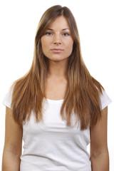 Frau im weißen Shirt schaut emotionslos