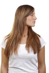 Junge Frau mit weißem Shirt schaut seitlich