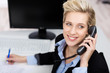 motivierte geschäftsfrau am telefon