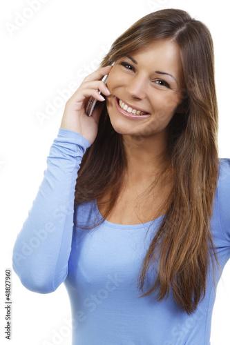 Hübsche junge Frau beim telefonieren