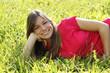 Glückliche junge Frau liegt in der Wiese